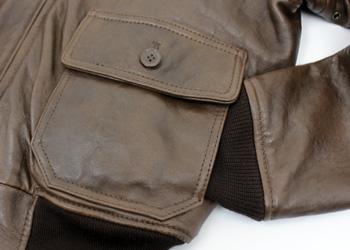 AVIREX(アヴィレックス)G-1(羊革)、フロントポケットはフラップポケットの下にもあります。