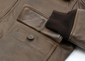 AVIREX(アヴィレックス)G-1(羊革)、左側のフラップポケットにはペンホルダーが備わっています。