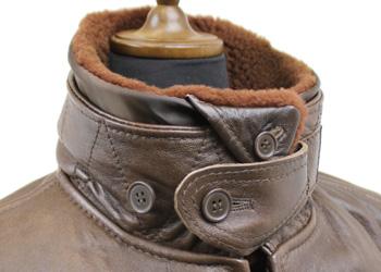 AVIREX(アヴィレックス)G-1(羊革)、襟のボタンベルトを閉めた様子