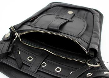 ヒップバッグ(牛革)、メイン収納部のファスナーポケットはロングウォレットも入るサイズです。その他、貴重品やお出かけ先で買った小物なども収納できます。