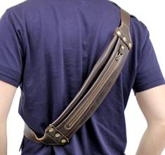 折り畳んで気軽に携帯できる栃木レザーボディバッグ(牛革)