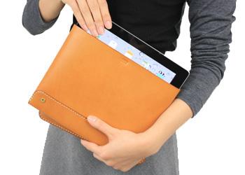 iPadノートパッドフォルダー(牛革)手に持った様子