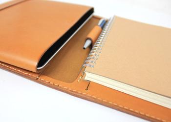 iPadノートパッドフォルダー(牛革)ノートを入れた様子