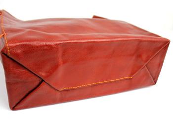 底面は一枚革を  織り込んだシンプルなデザイン