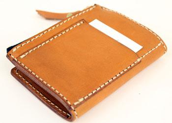 6連革キーケース小銭入れ付き(牛革)、4連のものと違い、裏面にはカードサイズのポケットがあり、すぐに取り出したい電子マネーカードやカードキーを入れておくと便利。