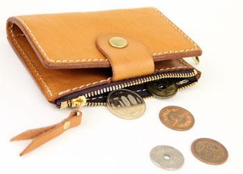 6連革キーケース小銭入れ付き(牛革)、小銭入れ部分は小さい割にしっかり容量があり、カードサイズのものも入ります。使い方は十人十色。