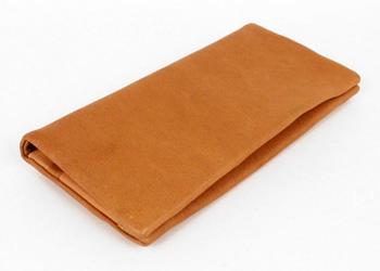 長財布(鹿革)落下防止ベルト付き、色味、素材ともに優しく主張し過ぎないデザイン。