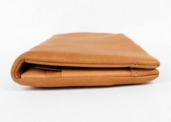 長財布(鹿革)落下防止ベルト付き、スマートなのでスーツやコートに忍ばせても目立ちません。