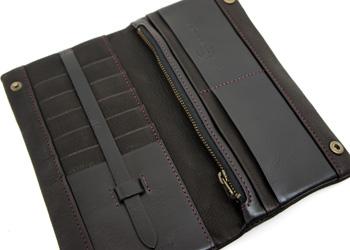 長財布(鹿革)落下防止ベルト付き、カードの収納ポケットは10箇所。落下防止の止め具がついています。