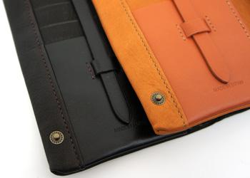 長財布(鹿革)落下防止ベルト付き、両サイドのホックボタンで留められます。