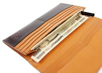 クラシック革長財布(牛革)、小銭入れの奥に、紙幣を入れるポケットがあります。20枚程度は問題なく収納できます。
