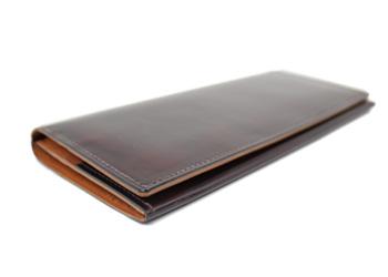 クラシック革長財布(牛革)、薄くスマートに作られており、スーツの胸ポケットに入れていても目立ちません。