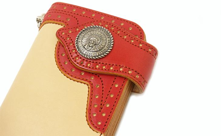 鮮やかな赤が冴えるスタンピードチーフ ロングウォレット(牛革) フラップとコンチョ