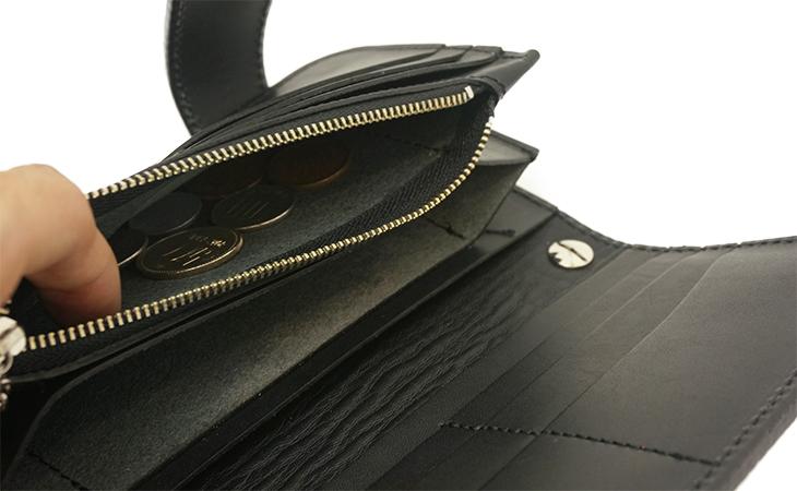 ふたつの異素材が魅せる美しいコントラストのロングウォレット(牛革/サラッペ)ブラックのコインポケット