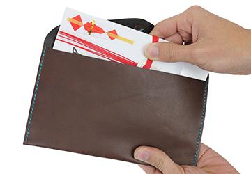22色からステッチが選べる 手縫いレザーケース(牛革/日本製)お祝儀袋がぴったり入るサイズ感。袱紗(ふくさ)として使用できます。