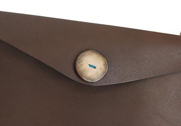 22色からステッチが選べる 手縫いレザーケース(牛革/日本製)ボタンは拭き染めをしアンティーク風に仕上げています。