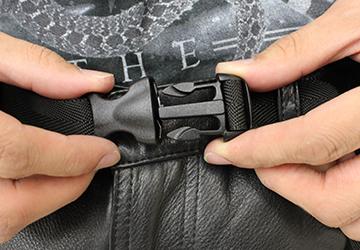 ゆったり履けるレザーパンツ ステアオイル0.7mm(牛革/日本製)ウェスト部分にはワンタッチで開閉できる調節ベルトが付いています。