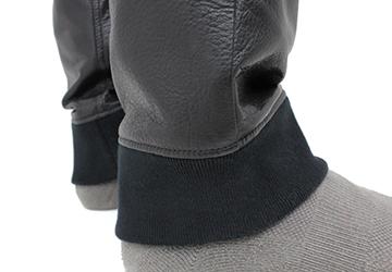 ゆったり履けるレザーパンツ ステアオイル0.7mm(牛革/日本製)日本仕立ての上質なリブで仕立てられています。大量生産では実現できない精巧な作りになっています。また、リブのテンションをゆるく設定することでゆったり着れるように工夫されています。