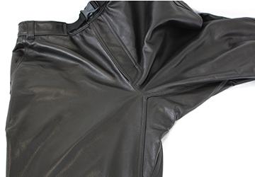 ゆったり履けるレザーパンツ ステアオイル0.7mm(牛革/日本製)パンツの股部分はマチを設けることで可動領域を確保しています。
